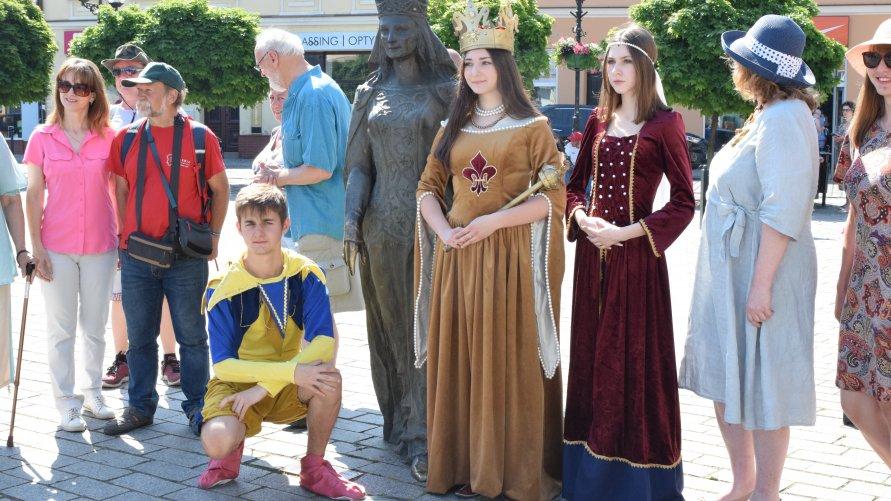 Ponadto, podczas spaceru, była możliwość zrobienia sobie zdjęcia z królową oraz jej orszakiem. W historyczne postacie wcielili się uczniowie III Liceum Ogólnokształcącego im. Królowej Jadwigi w Inowrocławiu.